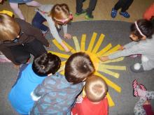 Kinder legen eine Sonne